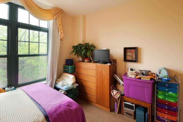 cluttered-bedroom