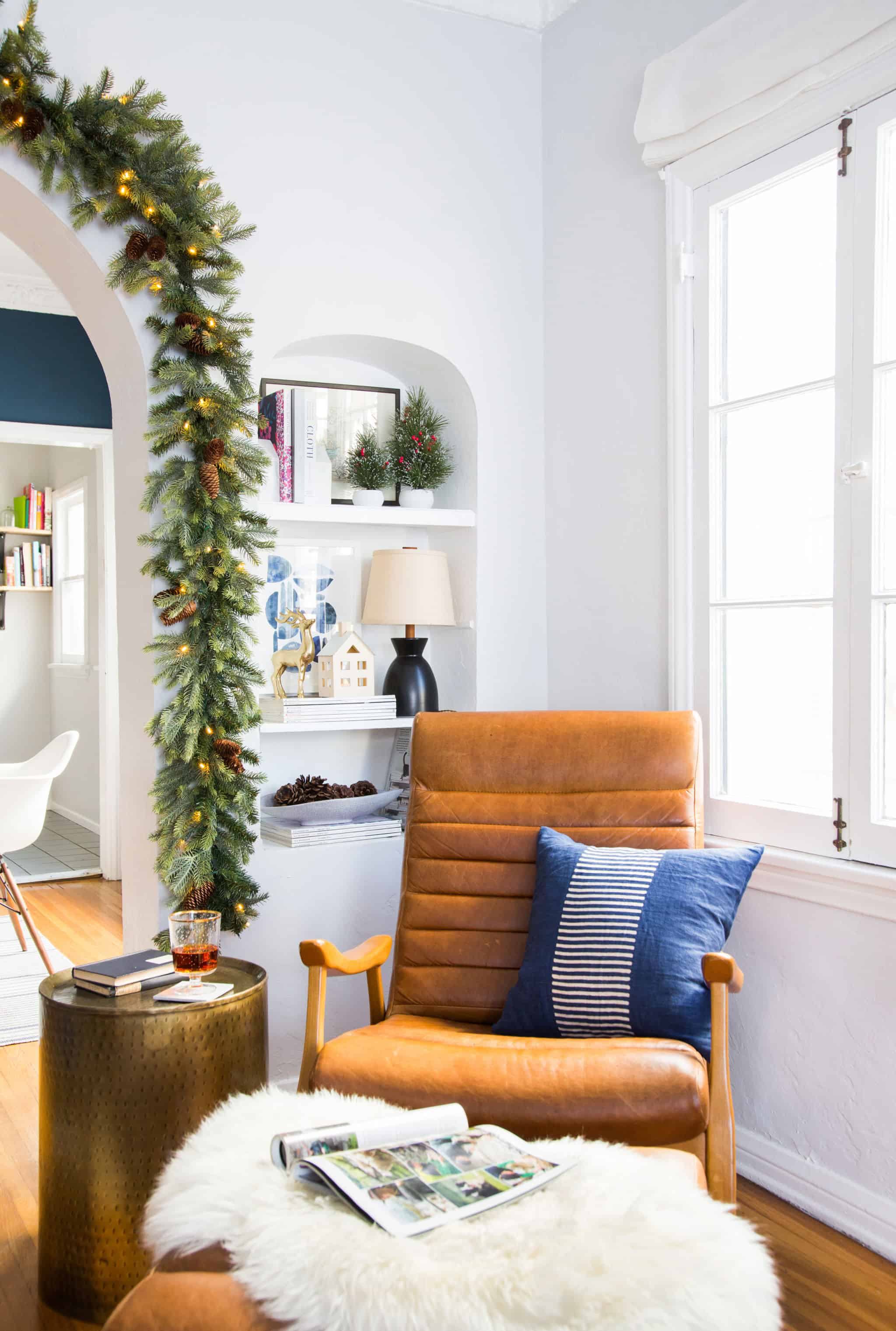 emily-henderson_holiday-decorating_ginny_living-room_dining-room_christmas_white-neutral_cozy-cottage_12