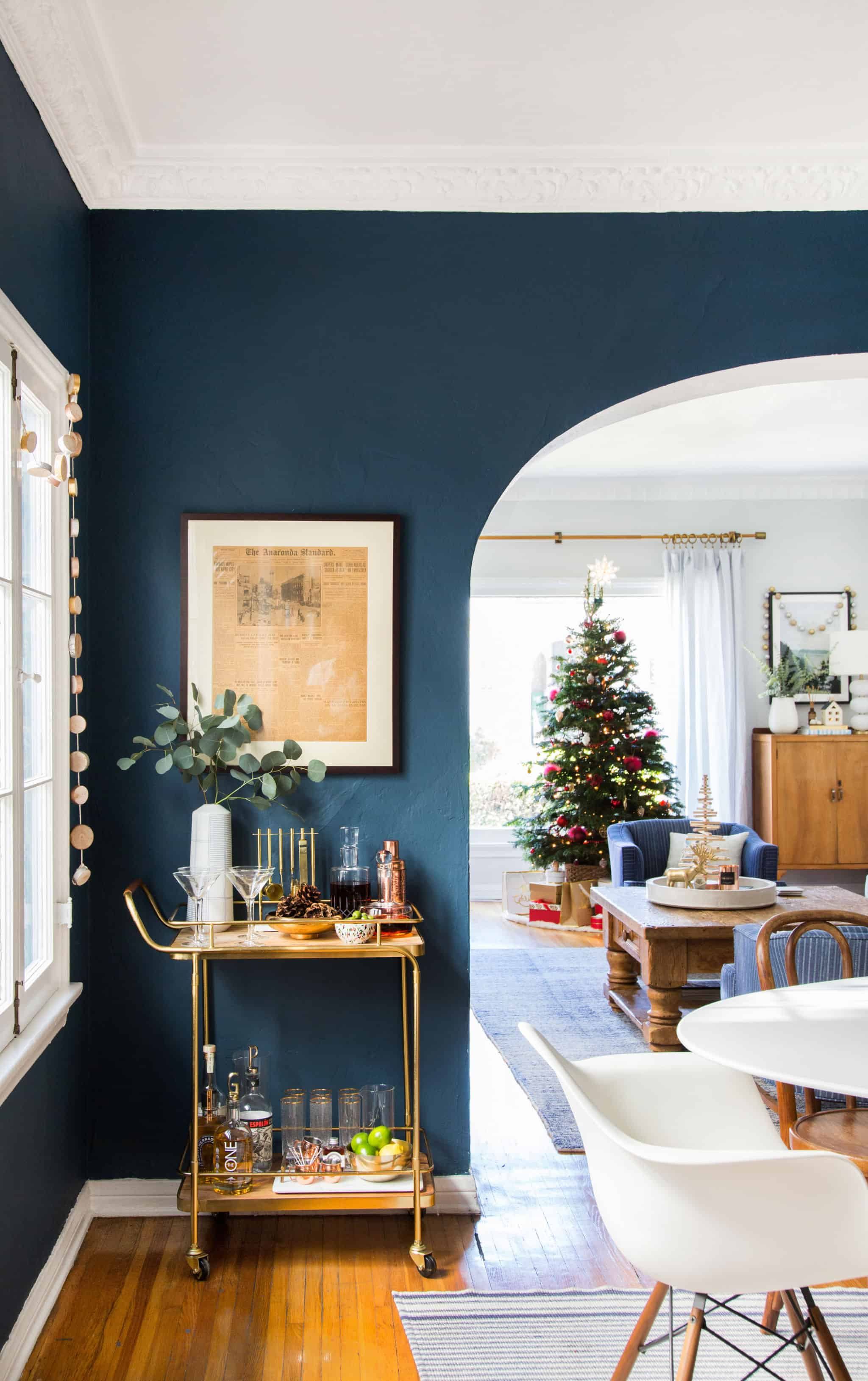 emily-henderson_holiday-decorating_ginny_living-room_dining-room_christmas_white-neutral_cozy-cottage_8a