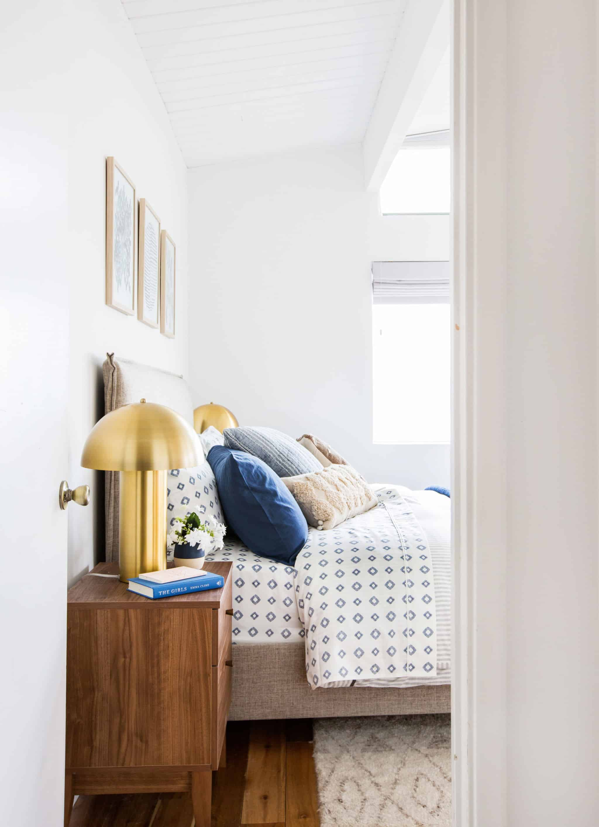 emily-henderson_master-bedroom_target_bedding_layered_light_texture_blue_white_brass_masculine_soft_6