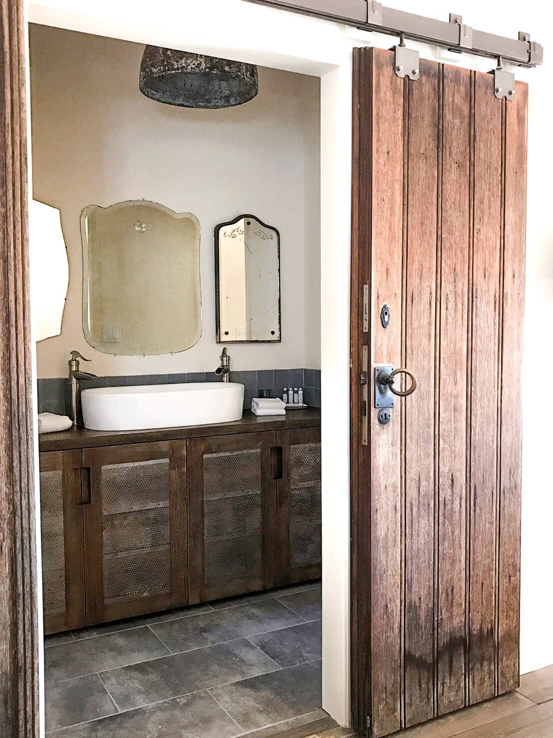 Emily-Henderson_Round-Top_Texas_Antique_Flea-Market_Shopping_EHD-Team_Event-Space_Modern-Farmhouse_Rustic_The-Vintage-Roundtop_bathroom_1
