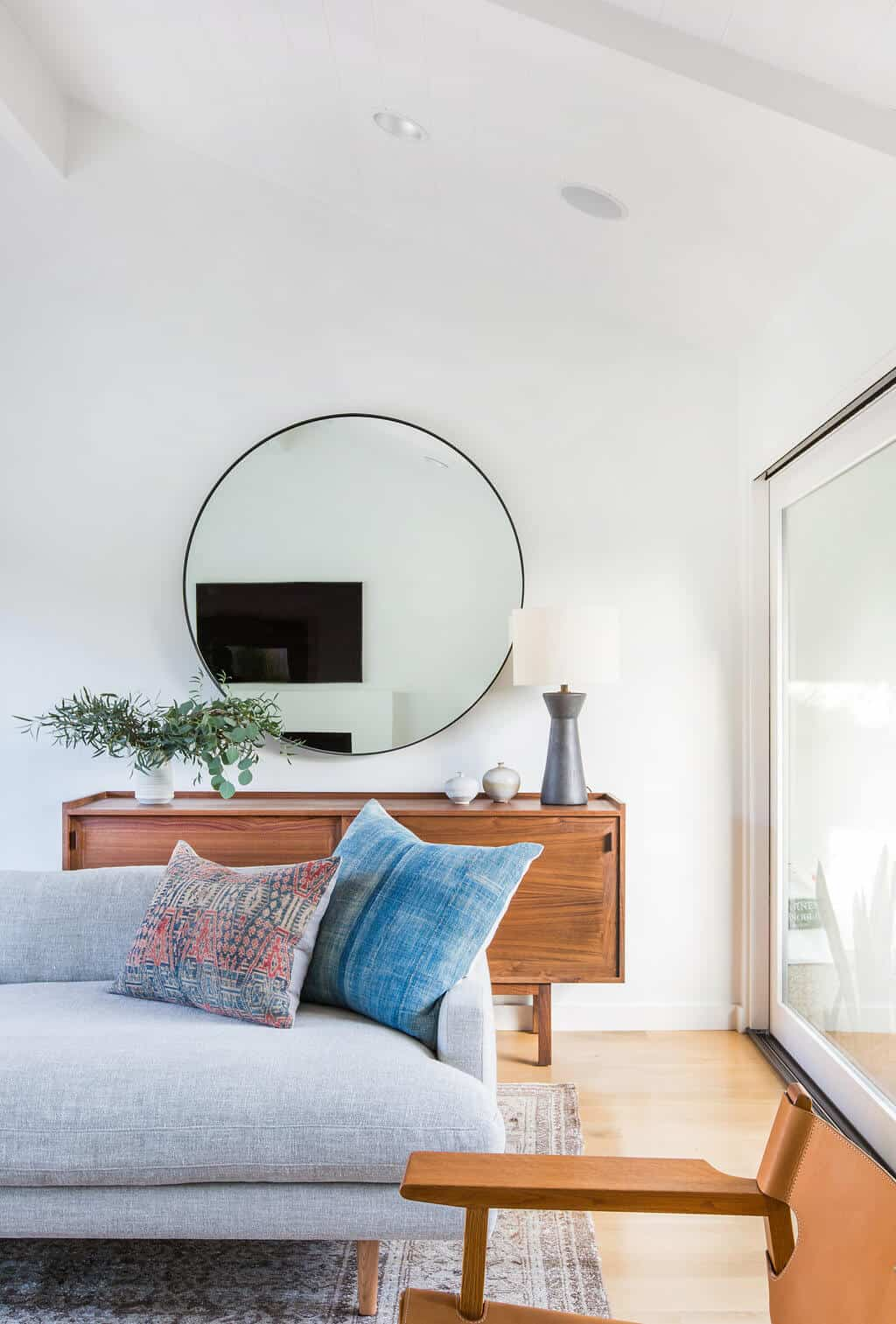 Emily-Henderson_Modern-Design-Trends_White_Minimal_Casual_Rustic_Simple_Relaxed_California_Effortless_Lighting_11