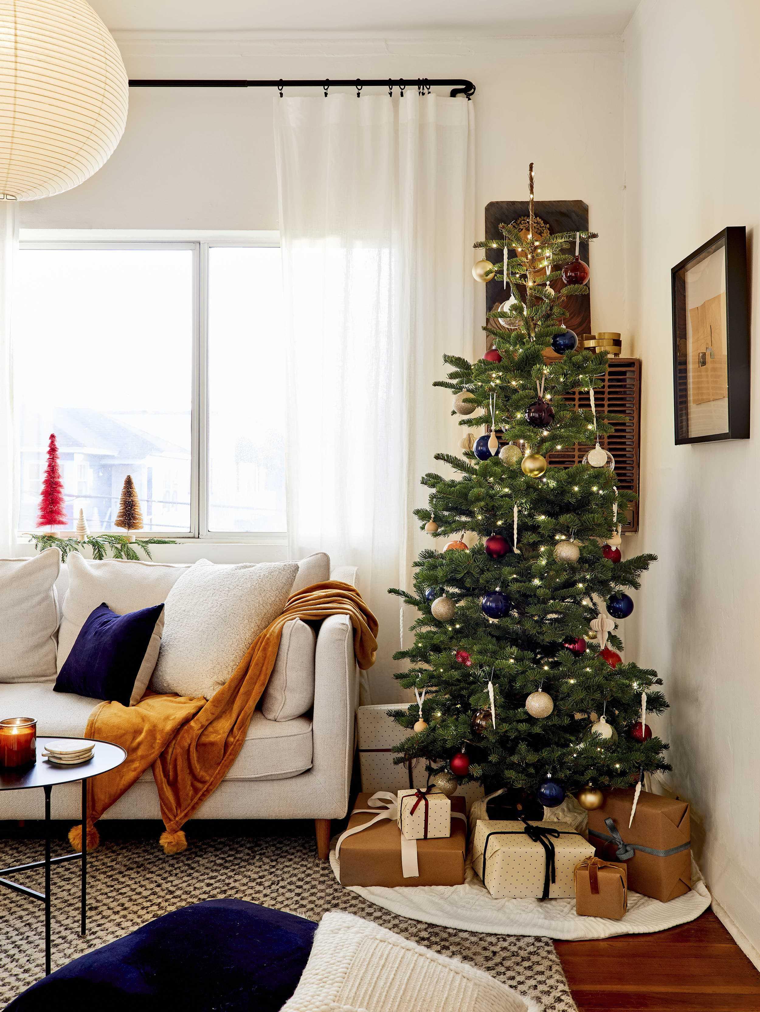 Emily Henderson minimal christmas decorating ideas7