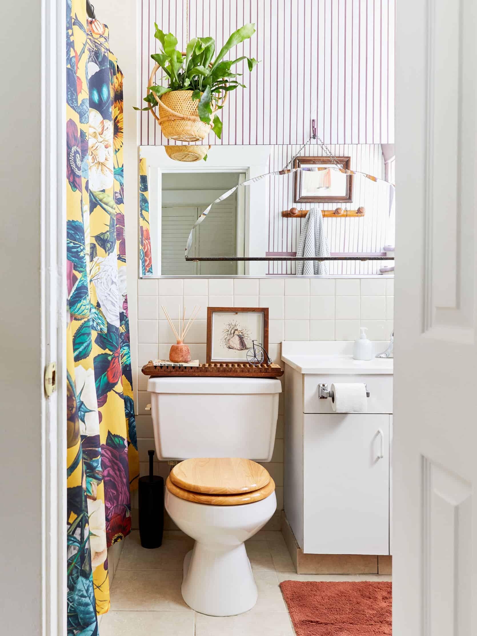 Moto Reveal Julie S Anything But Beige Amazing Diy Bathroom Refresh Emily Henderson